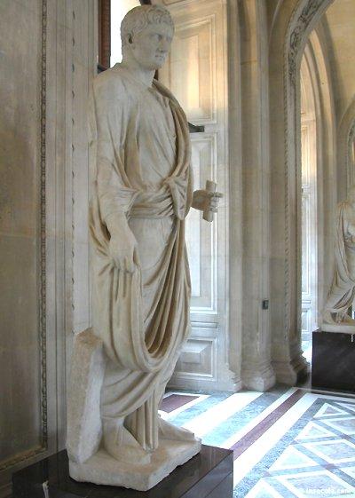 L'empereur Auguste, petit-neveu de César fut d'abord appelé Octave. Maigre et pâle, manquant au départ de charisme, il réussira cependant à écarter son rival Antoine, puis, fin politique, fit de lui son allié.