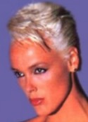 La grande (1m85 pieds nus) danoise Brigitte Nielsen ex-épouse de Sly Stallone