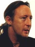 Julian Lennon, musicien talentueux, un des héritiers des Beatles, quelle ressemblance avec son père John; il n'a reçu qu'une infime partie de l'héritage 20 millions de dollars seulement pour lui, contrairement à son demi-frère Sean, fils de Yoko Ono et de John qui a reçu 250 millions de dollars.