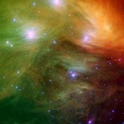 Les Pléiades vues par le télescope spatial Spitzer. Les Grecs les appelaient aussi les 7 soeurs ou les 7 filles d'Atlas et à l'oeil nu on peut en effet en compter 6 ou 7 mais elles sont en réalité plusieurs centaines.