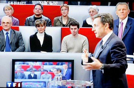 Nicolas Sarkozy devant 100 français, 1er candidat à se jeter à l'eau, Ségolène Royal ayant préféré lui laisser la place