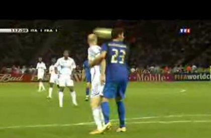 Début de l'incident : Materazzi bloque Zidane dans ses bras pour l'empêcher de jouer